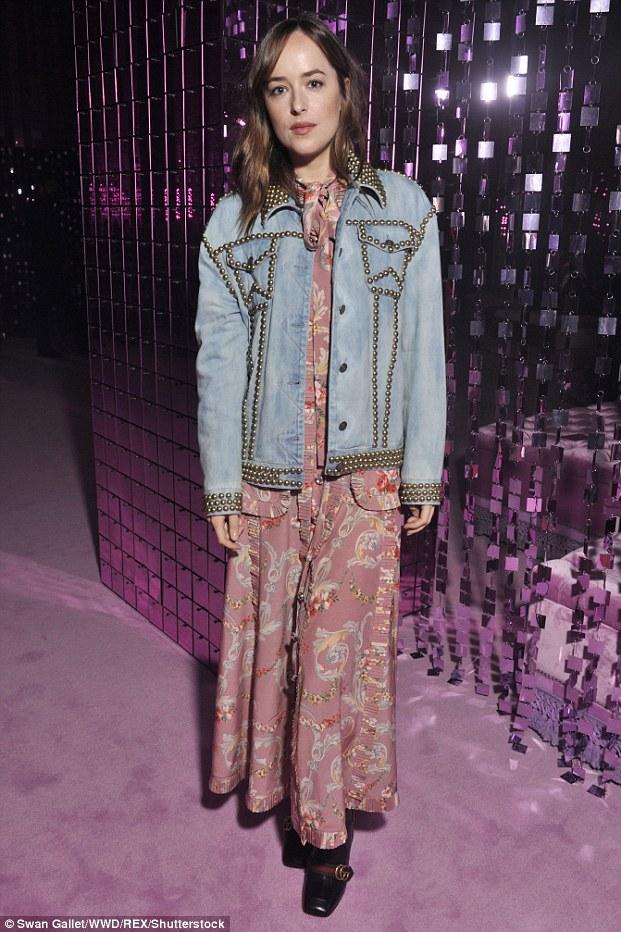 4 стильних джинсових образа Дакоти Джонсон