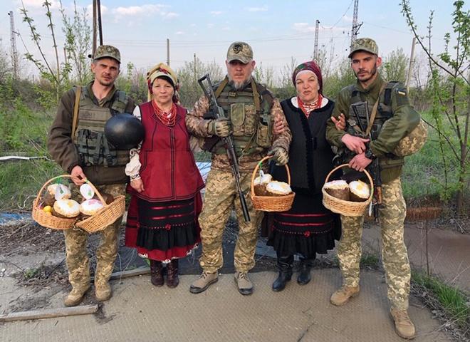 Душа, любов і надія на перемогу: українки привітали військових з Великоднем