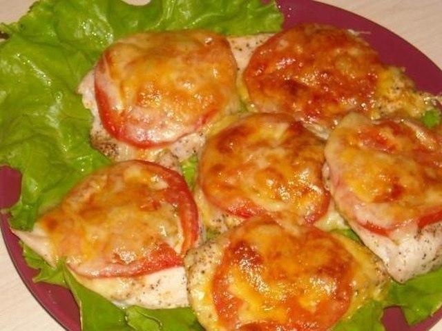Куриное филе с грибами помидорами и сыром в духовке с фото