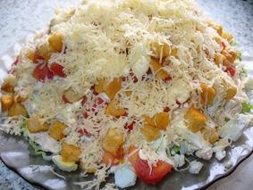 Салат с курицей, ананасом, кукурузой, сыром и