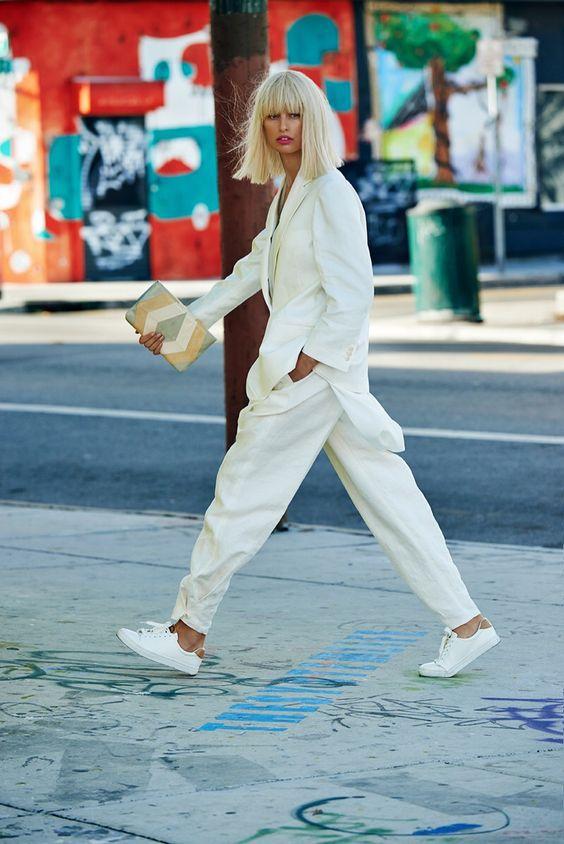 Как носить total white в прохладную погоду (фото)