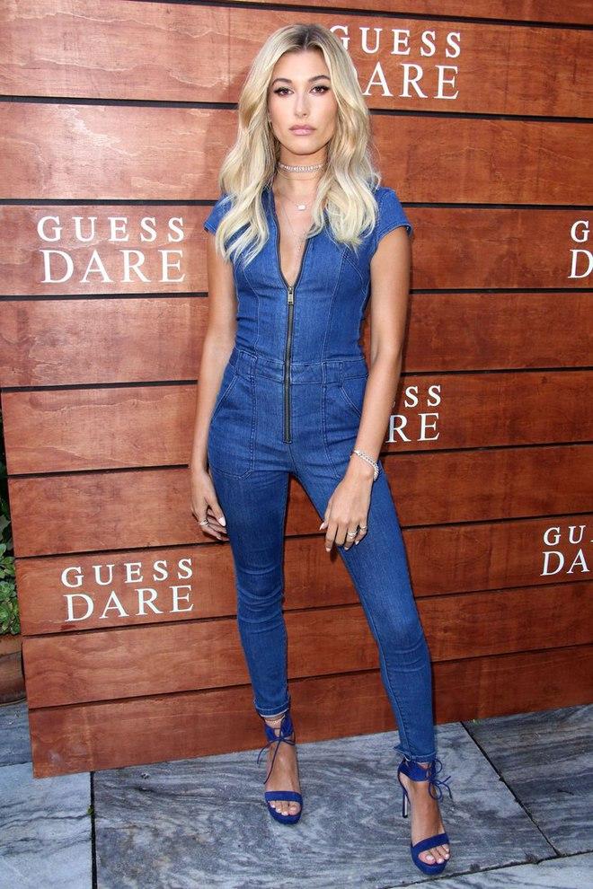 Модель Хейлі Болдуін в джинсовому комбінезоні