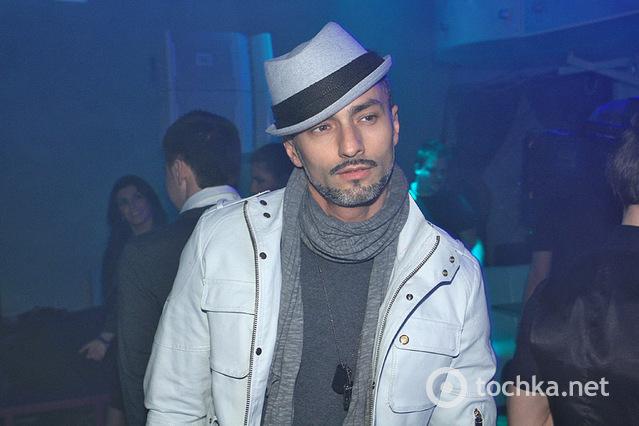 Мужчина в стиле XXL в ночном клубе «Indigo»