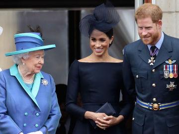 Елизавета II и герцоги Сассекские