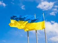 Украинские флаги на фоне неба