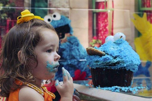 Малышка радуется тортику