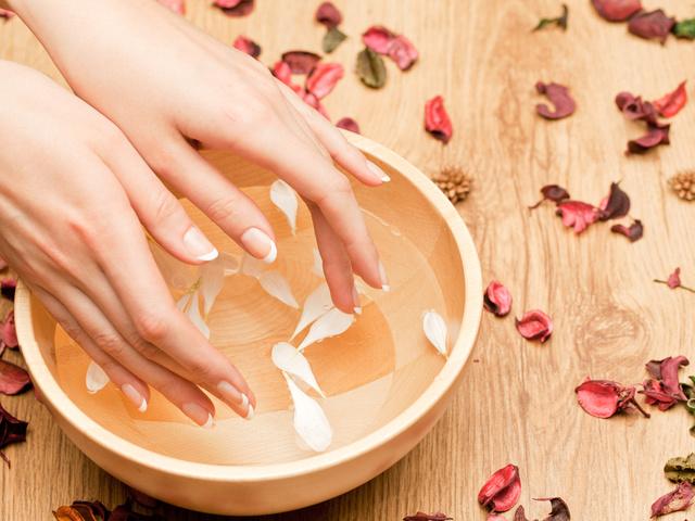 Ванночки ногтей солью маслом