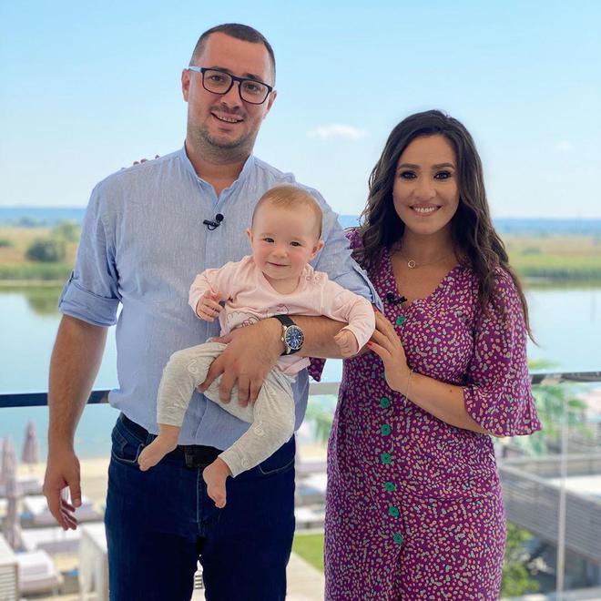 Наталка Карпа з чоловіком і дочкою
