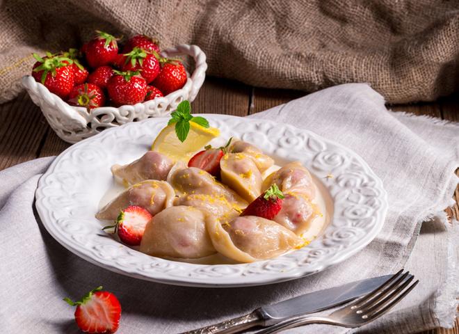 Вареники с клубникой: рецепт украинского угощения