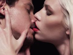 Гри поцлунки в лжку секс