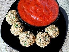 Рисовые шарики с соусом из запечённых овощей