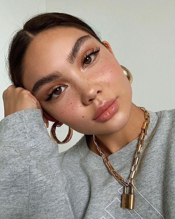 Пушистые брови — тенденция в макияже на осень 2020