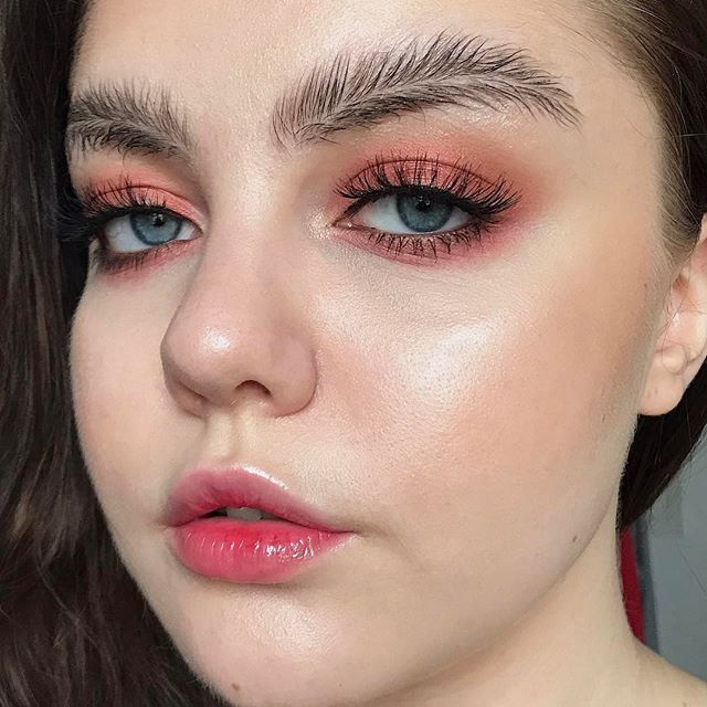 Будь в курсе: брови-перья - новый тренд красоты захватил Сеть