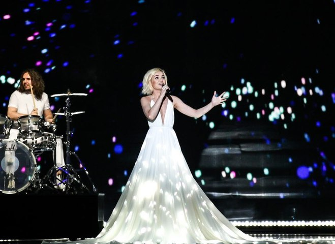 Белое платье с видеопроекцией