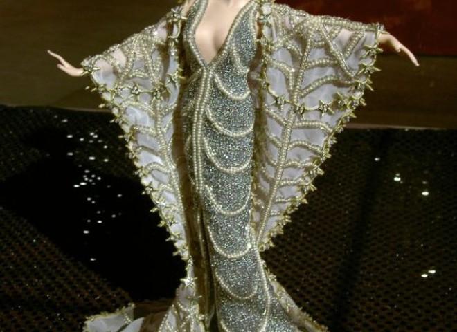 800 діамантів прикрашають японську ляльку