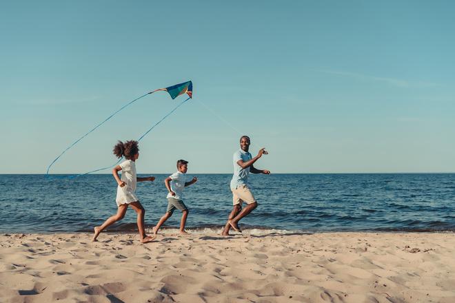 Игры с ребенком на пляже: чем заняться у воды?