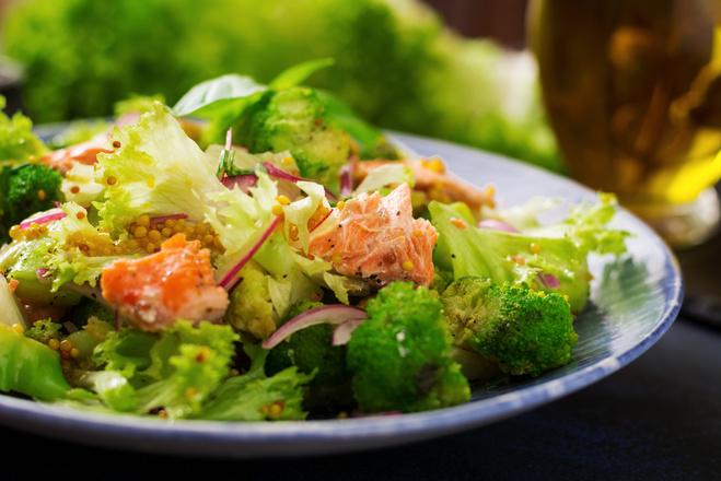Теплый салат из брокколи и лосося