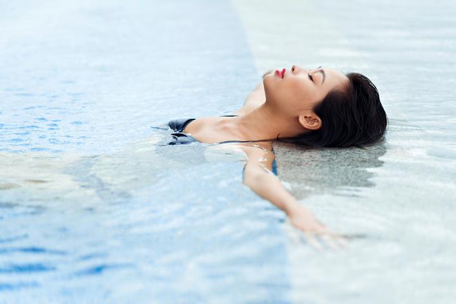 Макияж лица в бассейне