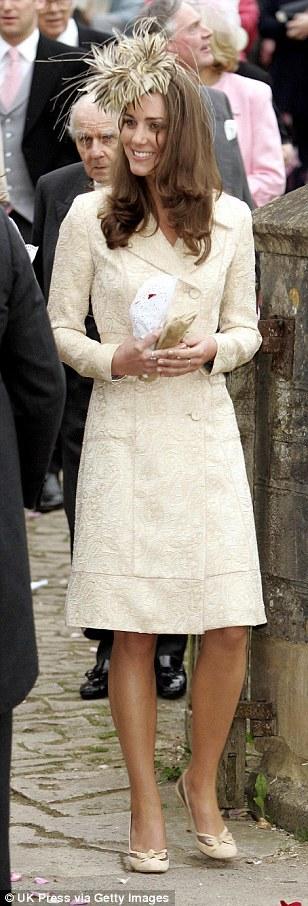 Кейт Миддлтон в одинаковом платье-пальто: 2006