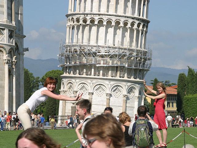 Найсмішніші фото українців за кордоном: Пізанська вежа