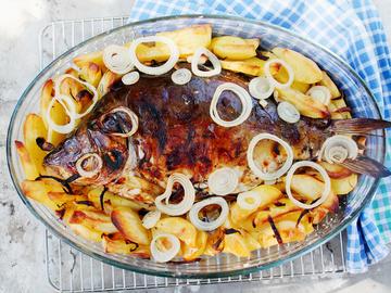 Короп у духовці, риба, спеції, цибуля, картопля