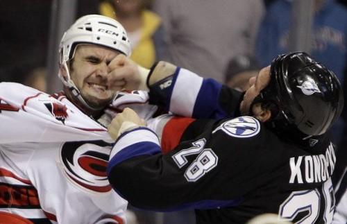 трус не играет в хоккей! Жесть