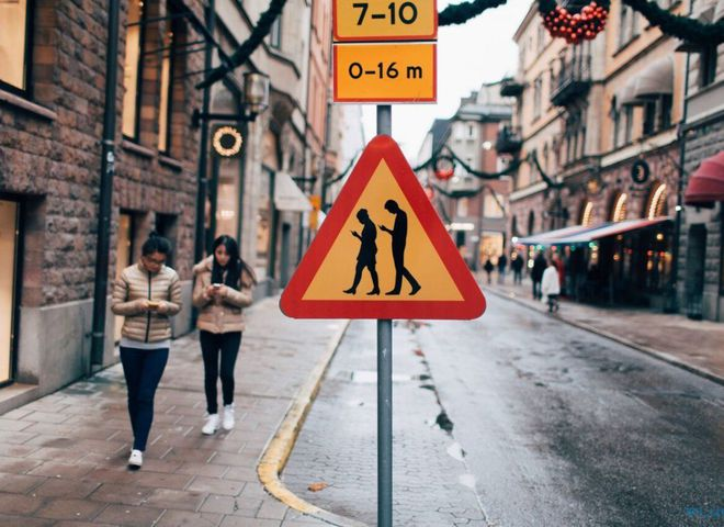 """У Фінляндії з'явився дорожній знак """"Люди з мобільниками"""""""