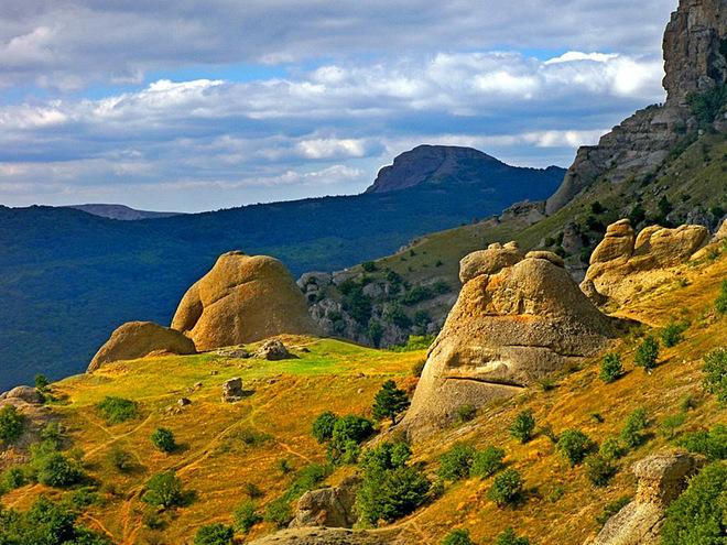 Визначні пам'ятки Криму : Долина привидів Демерджі
