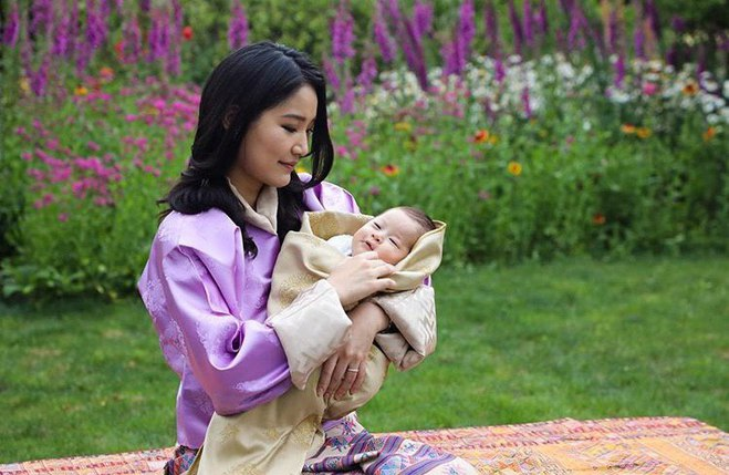 Король Бутану Джігме Кхесар Вангчук і королева Джецун з синами