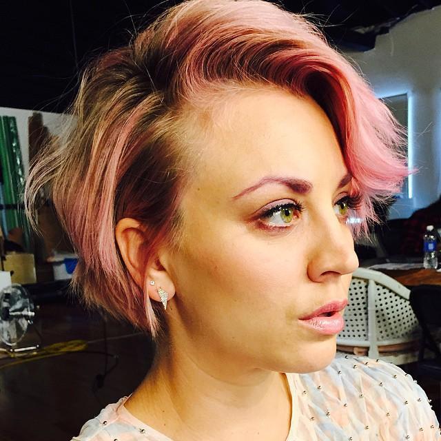 Кейли Куоко с розовыми бровями