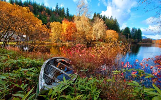 Осеннее озеро и лодка
