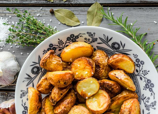 Картопля по-селянськи, картопля, масло, сковорода, спеції, сіль, перець