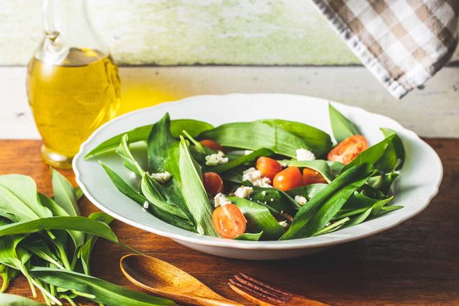 Салат из черемши, помидоров и феты