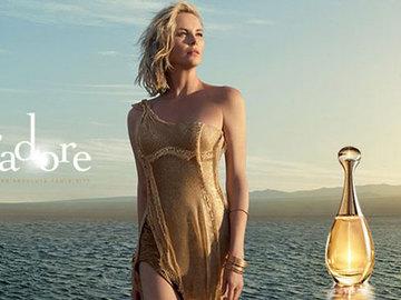 Шарлиз Терон касается дождя в рекламе Dior J'adore