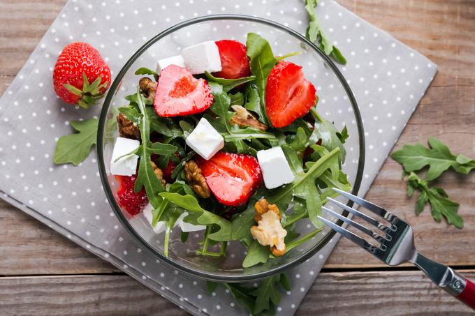 Салат с клубникой и фетой