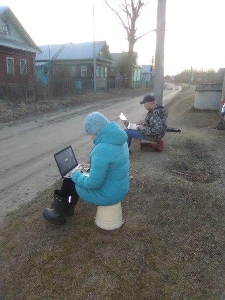 Дистанционное обучение возле столба с Wi-Fi