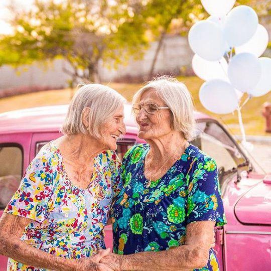 Возраст не помеха: 100-летние близняшки отметили юбилей неожиданной фотосессией