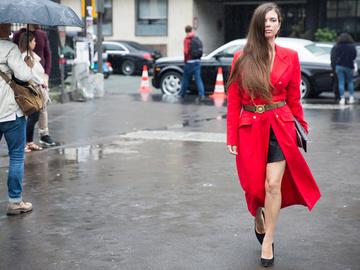 Как носить красный: street-style примеры