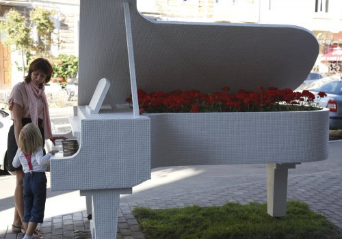 Гід по Києву: Рояль в кущах