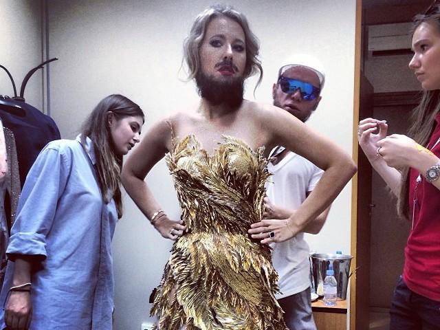 Ксения собчак платье с пером фото