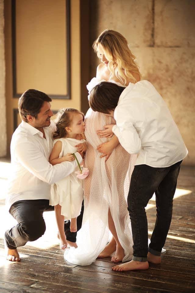 Сергей Притула с супругой и детьми