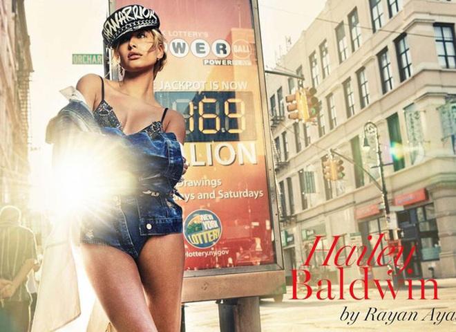 Хейлі Болдуін шукає красу в центрі Нью-Йорка