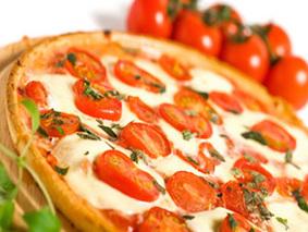 Пицца з сыра с помидорами
