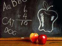 Школьная доска и яблоки