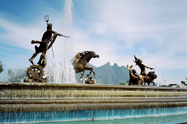 5 найбільших міських площ у світі: Площа Макроплаза, Монтерей, Месіка