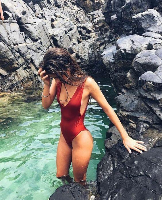 Модные купальники с V-образным вырезом
