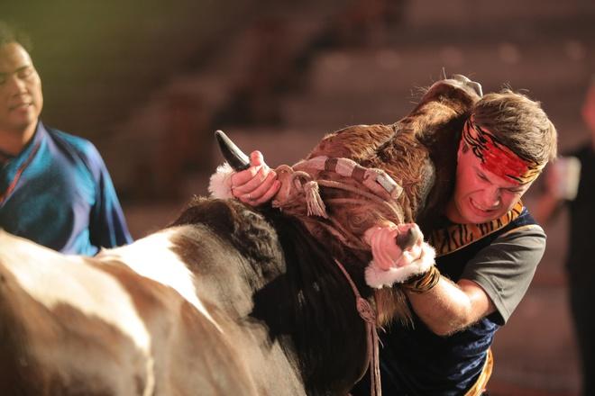 Дмитрий Комаров сражается с быком