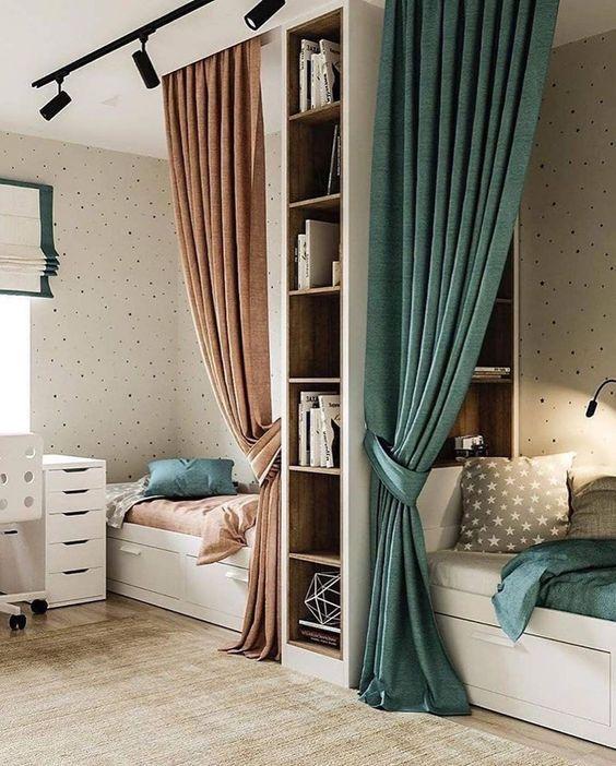 Штори біля ліжка