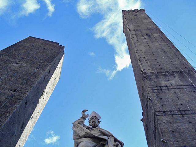 Достопримечательности Болоньи:  Падающие башни Torre degli Asinelli и Torre degli Garisenda