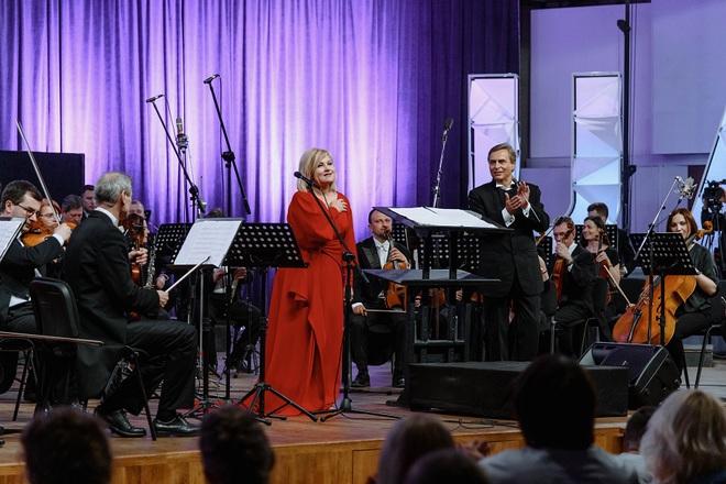Мария Бурмака со сломанной ногой выступила с симфоническим оркестром